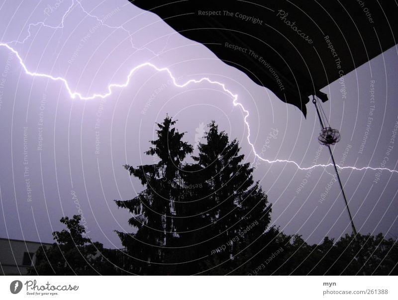 Gewitter Himmel Stadt blau Baum Haus dunkel schwarz Horizont Wetter Energiewirtschaft ästhetisch bedrohlich Balkon Überraschung Unwetter Sturm
