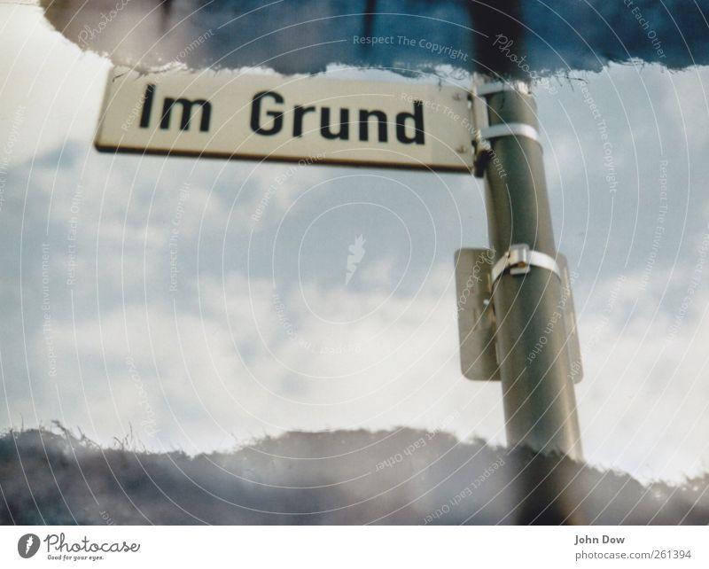 Im Grund liegt die Ursache Himmel Wolken Straße Schilder & Markierungen Schriftzeichen Hinweisschild Boden Zeichen analog Motivation Redewendung Warnschild