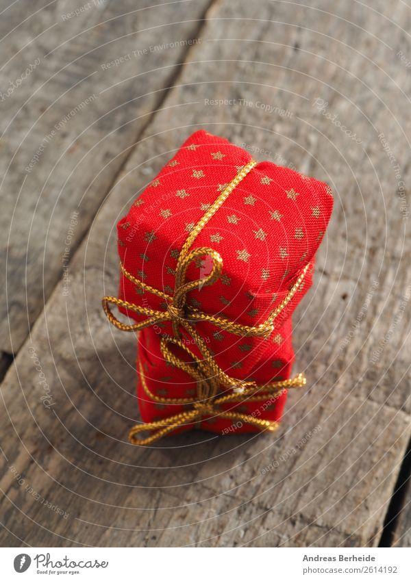 Zwei Weihnachtsgeschenke Weihnachten & Advent rot Winter Hintergrundbild Stil Dekoration & Verzierung gold Geschenk Postkarte Vorfreude festlich Stapel Schleife