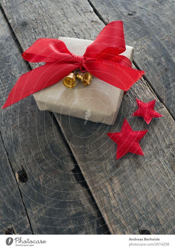 Geschenk mit roter Schleife Weihnachten & Advent Freude Winter Liebe Stil Dekoration & Verzierung Tradition altehrwürdig Vorfreude Top Verpackung Paket