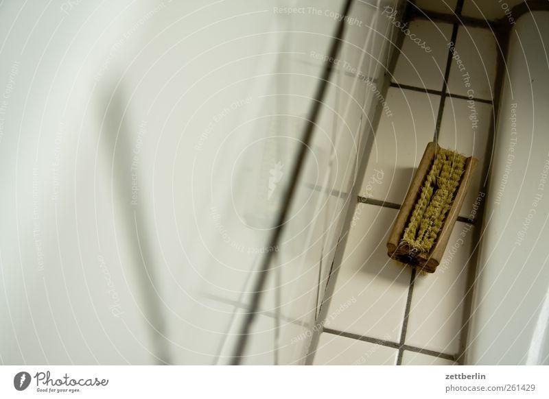 Bürste schön Häusliches Leben Wohnung Bad alt wallroth Haarbürste handbürste Badewanne Waschzuber Fliesen u. Kacheln Sauberkeit Körperpflegeutensilien Farbfoto