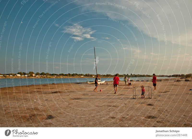 sportliche Betätigung Mensch Kind Himmel Jugendliche Wasser Ferien & Urlaub & Reisen Meer Sommer Strand Ferne Landschaft Spielen Wärme Freiheit Sand Menschengruppe