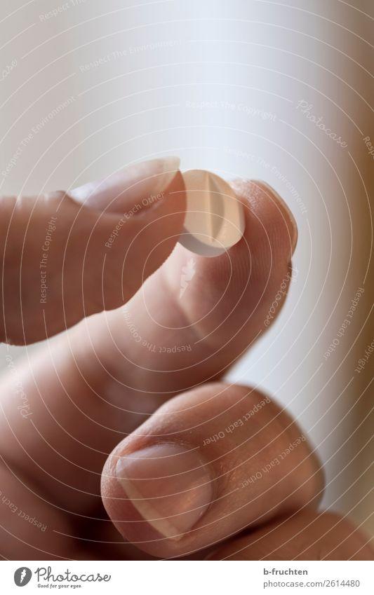 Einmal täglich Mann weiß Hand Gesundheit Erwachsene Finger berühren festhalten Medikament Arzt Rauschmittel Alternativmedizin Heilung Tablette Allergie