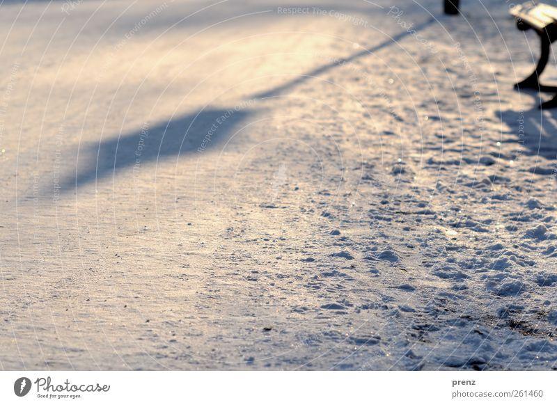 Laterne Winter Schnee Park braun weiß Schatten Parkbank kalt Wege & Pfade Laternenpfahl Farbfoto Außenaufnahme Menschenleer Textfreiraum unten Morgen Licht