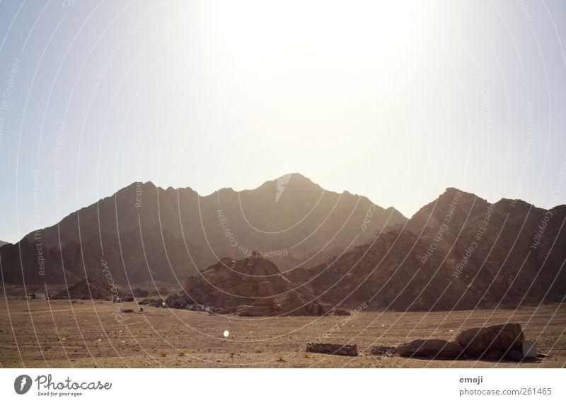 Beduinen Umwelt Natur Urelemente Erde Sand Himmel Wolkenloser Himmel Sommer Klima Schönes Wetter Wärme Dürre Felsen Berge u. Gebirge Wüste trocken karg Farbfoto