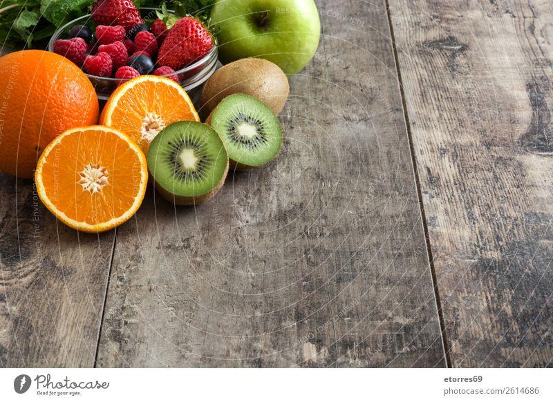 Gemischte Früchte auf einem rustikalen Holztisch Frucht Diät frisch Farbe mehrfarbig Dessert Hintergrund neutral süß Zitrone organisch roh Lebensmittel