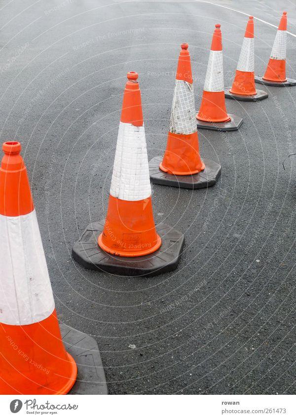 verkehrsregler Straße Wege & Pfade PKW orange Ordnung Verkehr Geschwindigkeit Baustelle Spitze Asphalt Verkehrswege Grenze Reihe Barriere Autofahren Verbote