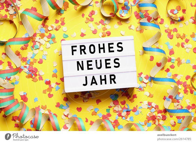 Frohes Neues Jahr mit Konfetti und Luftschlangen - ein lizenzfreies ...