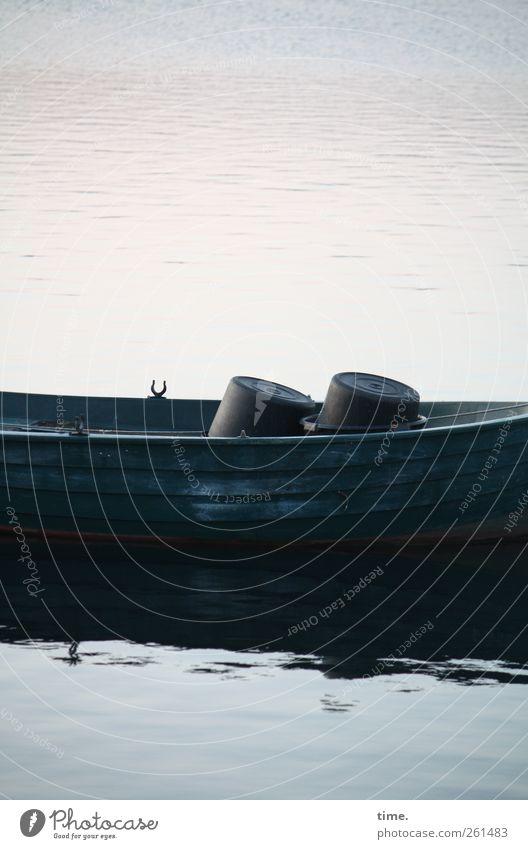 Zwei eingeschnappte Eimer am Valentinstag Wasser dunkel Holz See Wasserfahrzeug Zufriedenheit skurril Partnerschaft Ruderboot Endzeitstimmung Fischerboot