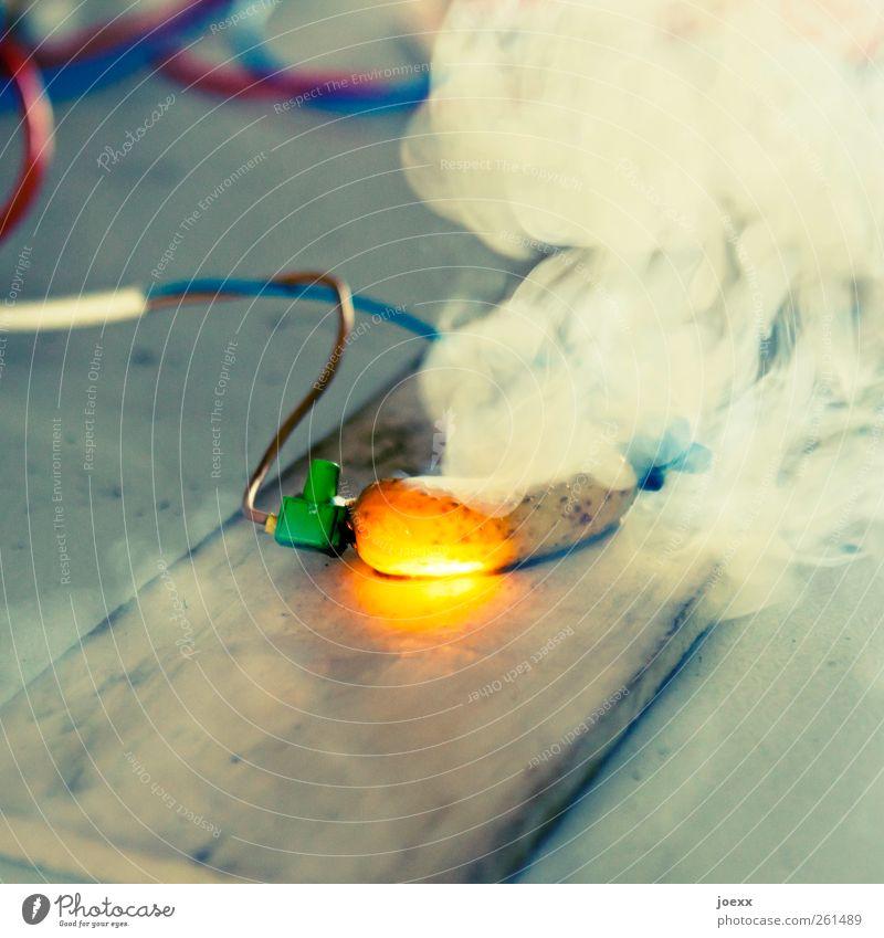 Leuchtgurke blau weiß rot gelb Energie Elektrizität außergewöhnlich verrückt leuchten Kabel bedrohlich Rauchen heiß Kontakt Stahlkabel Wissenschaften