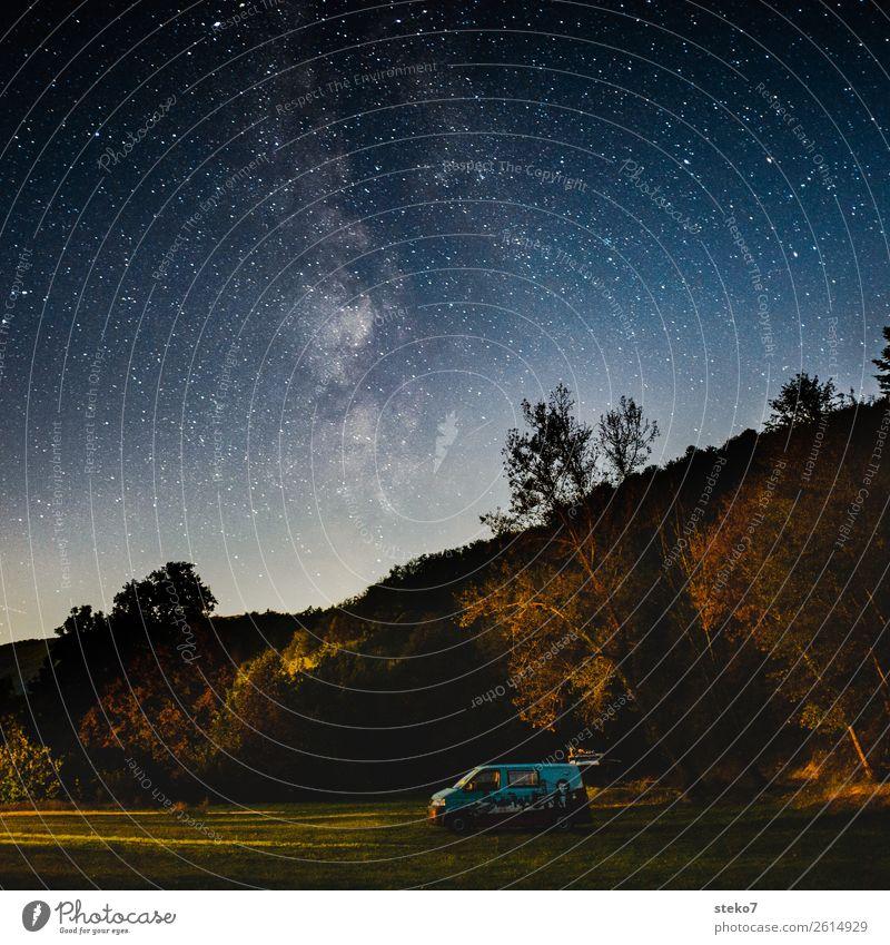 Camper unter Sternenhimmel Nachthimmel Wald Wohnmobil Bus Einsamkeit Freiheit träumen Unendlichkeit Ferne Camping Sternenzelt Nachtruhe Gedeckte Farben