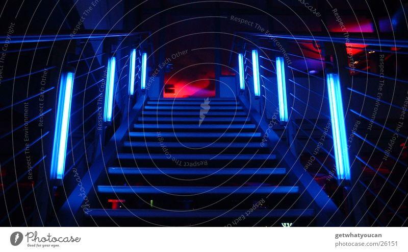 Es geht bergauf Raum Licht Neonlicht kalt aufwärts Fluchtpunkt dunkel steigen Gebäude Haus Architektur Treppe Farbe Perspektive Geländer Klettern Porsche PKW