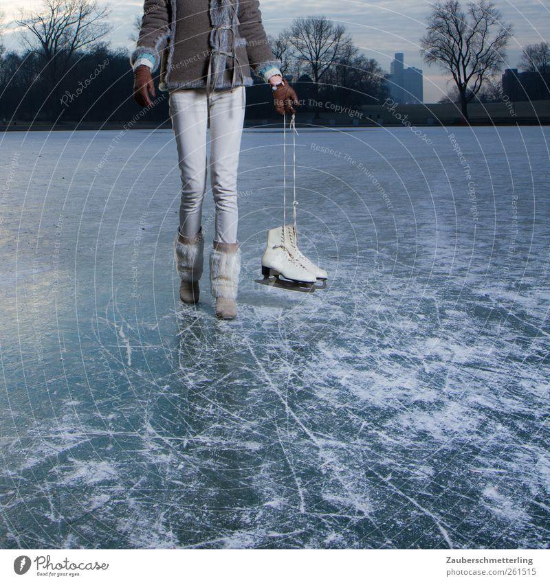 Holiday on ice Frau Jugendliche Stadt Einsamkeit Erwachsene Leben feminin kalt grau Bewegung See Stimmung Eis gehen Freizeit & Hobby frei