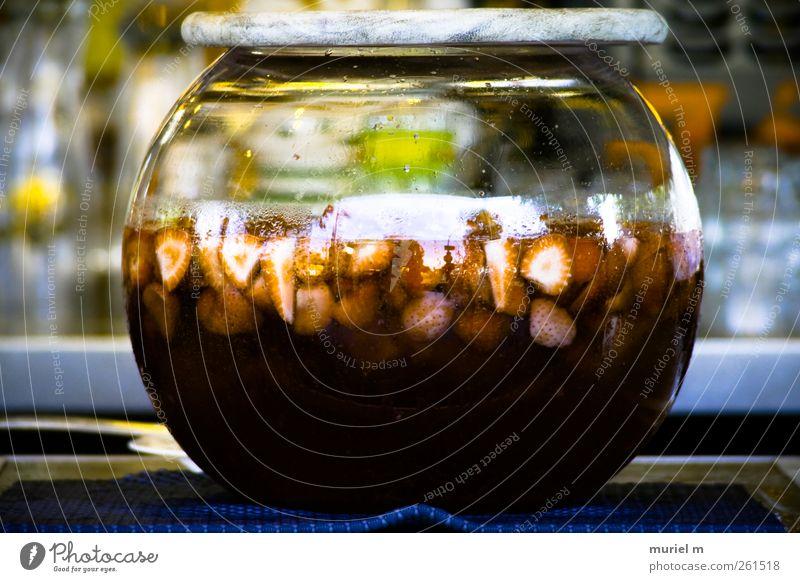 Erdbeerbowle rot Freude Erholung gelb Feste & Feiern Schwimmen & Baden Glas rosa Frucht Lebensmittel Getränk süß trinken Wein Alkohol Schalen & Schüsseln