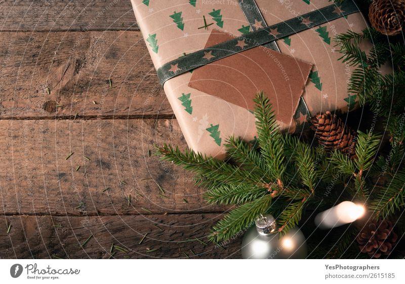 Weihnachtsdekoration und Geschenk auf rustikalem Tisch Winter Dekoration & Verzierung Weihnachten & Advent Kerze grün Tradition Weihnachtskugeln