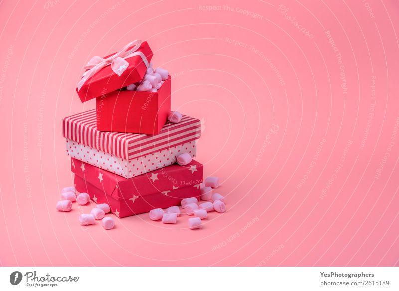 Stapel von roten Geschenken mit rosa Marshmallows Lebensmittel Dessert Süßwaren Feste & Feiern Valentinstag Muttertag Weihnachten & Advent Kasten Glück klein