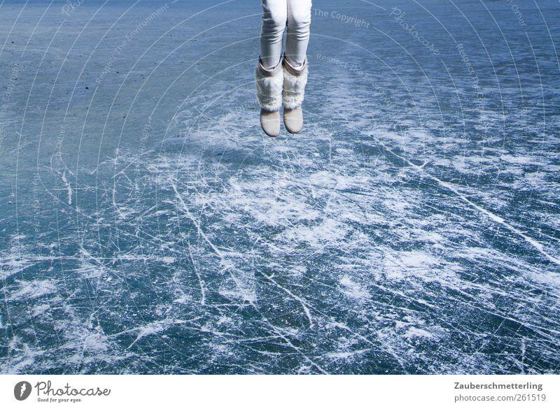hält schon... Mensch Winter Freude feminin kalt springen Beine Fuß Eis Kraft frei Abenteuer außergewöhnlich gefährlich Sicherheit Frost