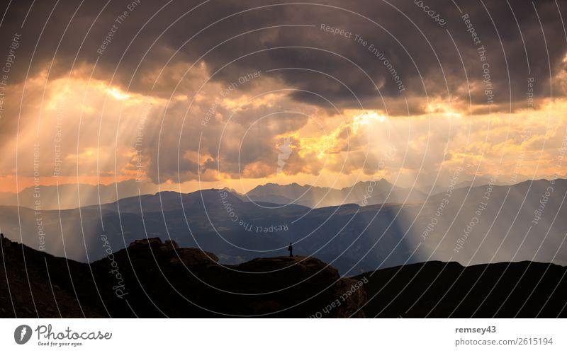 Licht Mensch maskulin Landschaft Sonne Sonnenaufgang Sonnenuntergang Herbst Ferien & Urlaub & Reisen frei Unendlichkeit Stimmung Einsamkeit Erfahrung Erfolg