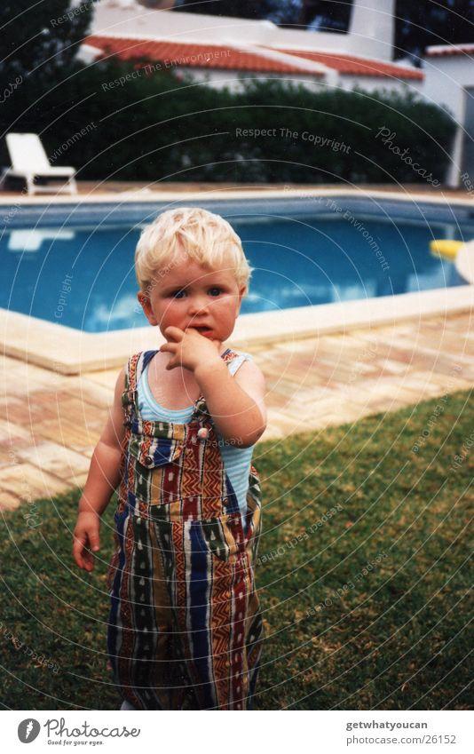 Blondschopf Kind Hand Sommer Ferien & Urlaub & Reisen Junge Wärme blond klein süß Schwimmbad Physik niedlich sabbern Insektenstich