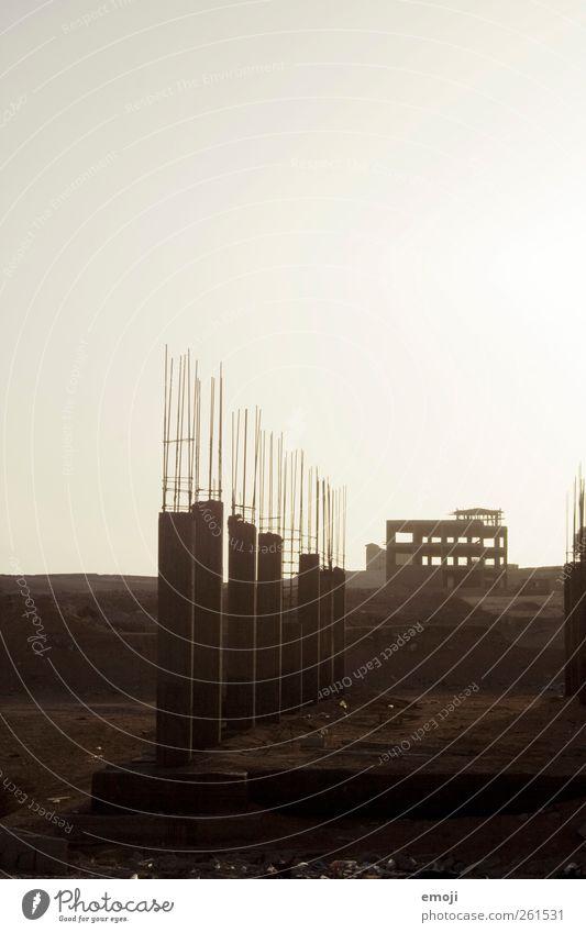 Beton II Himmel Wolkenloser Himmel Fabrik Ruine Bauwerk Architektur braun Baustelle karg bauen Betonbauweise Farbfoto Außenaufnahme Menschenleer