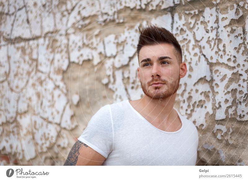 Porträt eines attraktiven Mannes in einem alten Haus Lifestyle Stil Mensch Junge Erwachsene Arme Mode T-Shirt Tattoo Vollbart Coolness Erotik trendy modern