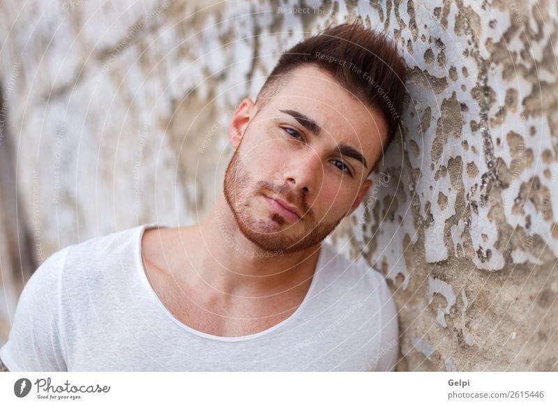 Attraktiver Kerl mit Bart Lifestyle Stil Haus Mensch Junge Mann Erwachsene Mode T-Shirt Vollbart alt Coolness Erotik trendy modern stark schwarz Typ jung