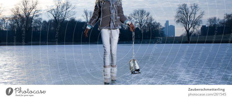 worauf wartest du? Natur blau Winter ruhig feminin kalt Bewegung See Beine Stimmung Eis gehen Freizeit & Hobby authentisch Frost einzigartig