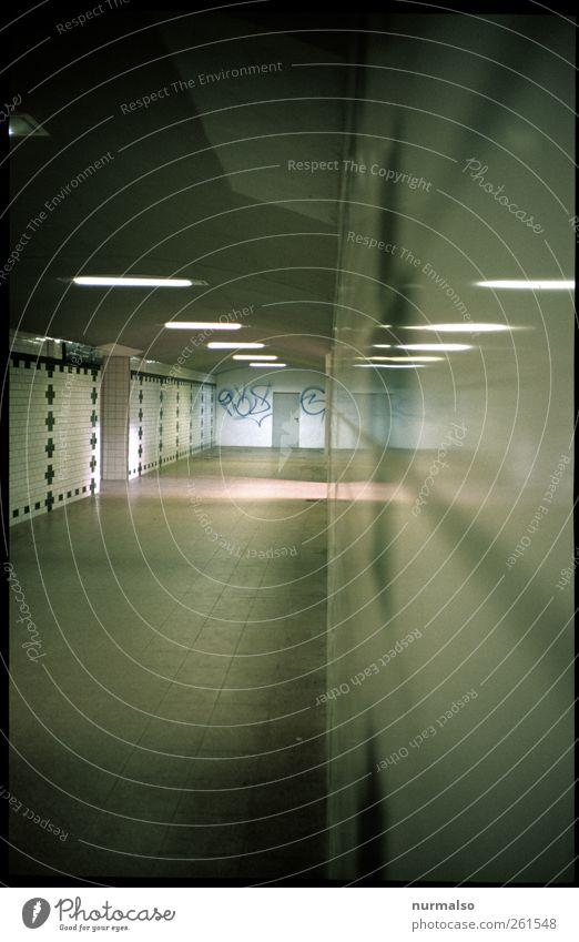 unten durch weiß Ferien & Urlaub & Reisen Umwelt kalt Wand Graffiti Mauer Stimmung Beleuchtung trist Zeichen Fliesen u. Kacheln Tunnel trashig Bahnhofshalle