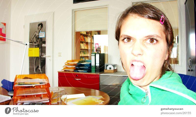 Fleißige Arbeitskraft Frau Arbeit & Erwerbstätigkeit dumm rausstrecken Grimasse Gesicht Büro Schreibtisch Zunge Auge Tür Junge Frau Jugendliche frech Haarspange