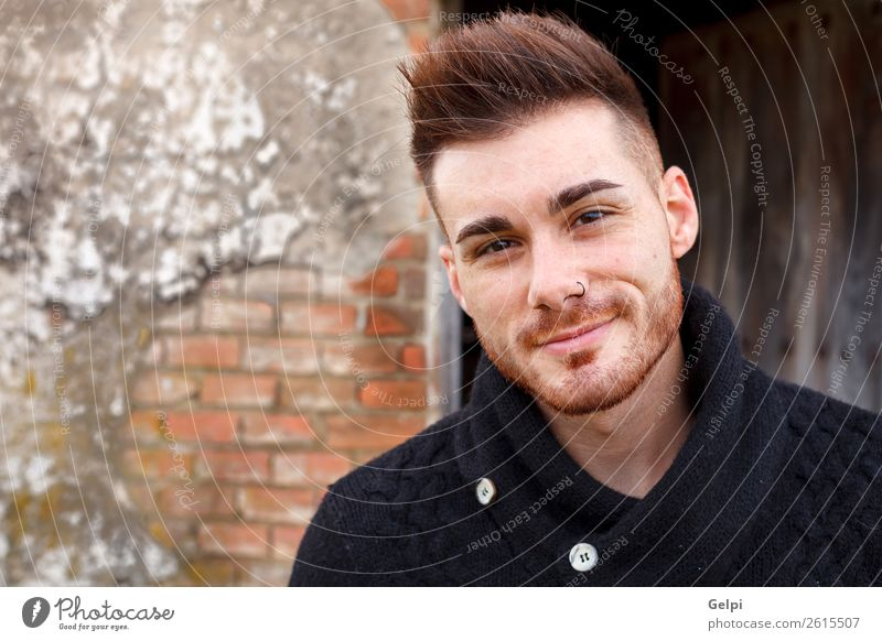 Attraktiver Kerl in einem alten Haus mit schwarzem Jersey Lifestyle Stil Mensch Junge Mann Erwachsene Mode Vollbart Holz Coolness Erotik trendy modern stark Typ