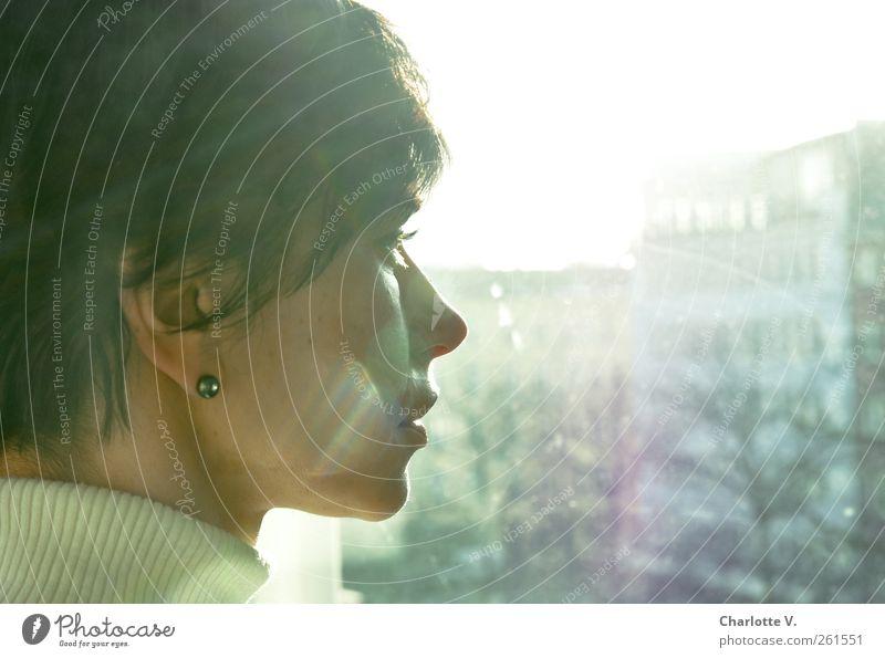 Blick ins Licht Mensch Frau blau Winter ruhig Erwachsene gelb feminin Gefühle Kopf Traurigkeit Denken träumen warten leuchten Hoffnung