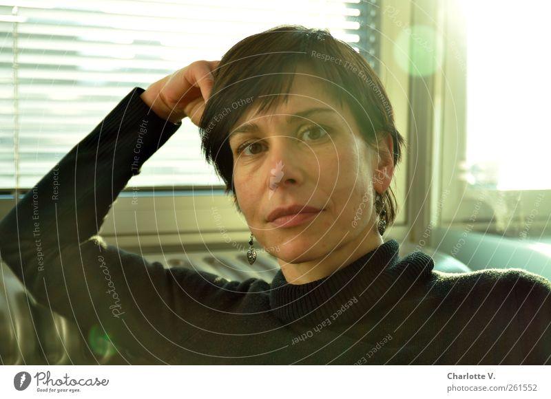Und? Mensch feminin Frau Erwachsene Gesicht 1 30-45 Jahre Fenster Rollo beobachten Blick authentisch schwarz selbstbewußt Willensstärke Entschlossenheit