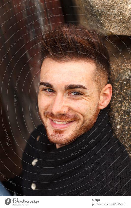 Attraktiver Kerl in einem alten Haus mit schwarzem Jersey Lifestyle Stil Glück Mensch Junge Mann Erwachsene Mode Vollbart Holz Lächeln lachen Coolness Erotik