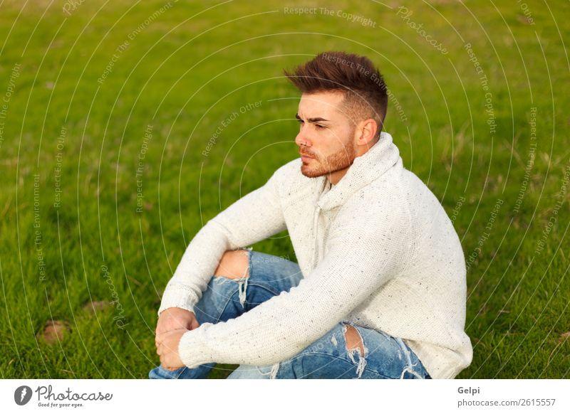 Attraktiver Kerl mit Bart auf einer grünen Wiese Lifestyle Stil Mensch Junge Mann Erwachsene Landschaft Gras Mode Vollbart Denken Coolness Erotik trendy modern
