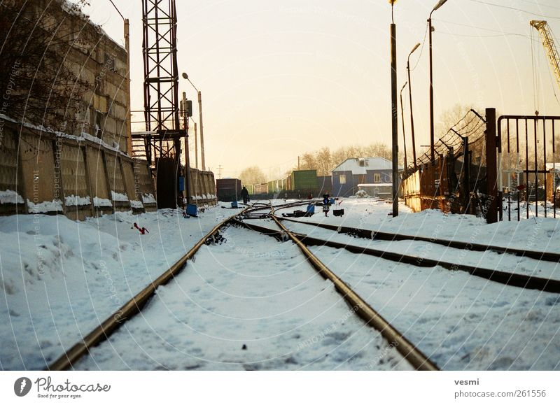 Wege... Güterverkehr & Logistik Eisenbahn Güterzug Gleise kalt Winter industriell Industriegelände Laterne Betonwand Farbfoto Außenaufnahme Menschenleer Tag