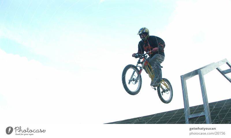 In Treppen hüpfen Fahrrad Mann Helm Mut springen Horizont Schutzausrüstung Geschwindigkeit Ferne Gegenlicht Extremsport Geländer hoch hell blau fliegen Freeride