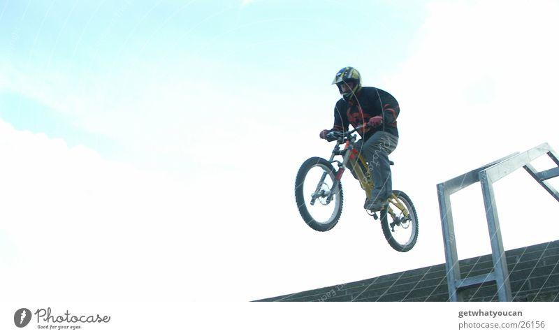 In Treppen hüpfen Mann blau Ferne Sport springen hell Fahrrad Angst fliegen Horizont hoch Geschwindigkeit Mut Geländer Helm