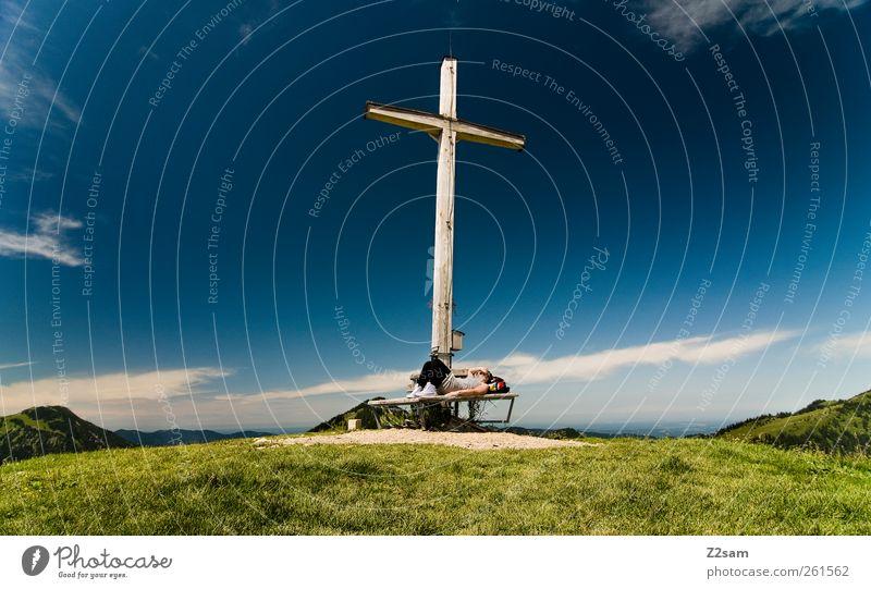 gipfelchillerin Mensch Natur Jugendliche Sommer Einsamkeit ruhig Erwachsene Erholung Umwelt Wiese Landschaft Berge u. Gebirge träumen Freizeit & Hobby wandern Ausflug