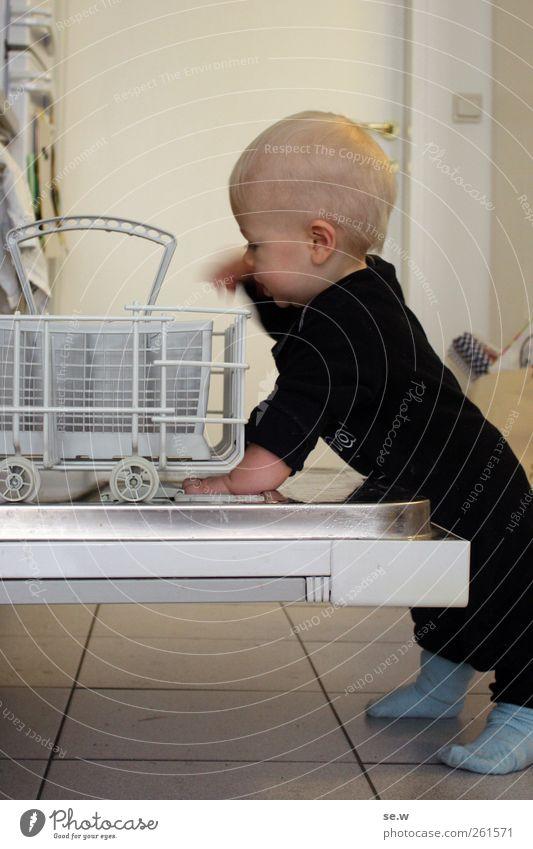 Früh übt sich... Mensch Spielen Kopf klein Arbeit & Erwerbstätigkeit Kindheit Körper Baby Wohnung Häusliches Leben Küche Neugier Fliesen u. Kacheln frech Haushalt 0-12 Monate