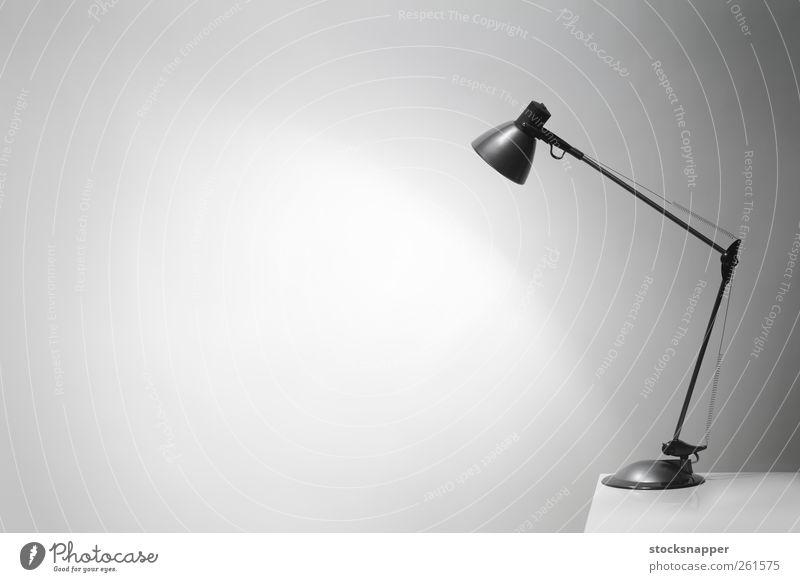Licht Tisch elektrisch leuchten Beleuchtung Wand Hintergrund neutral Textfreiraum blanko Menschenleer Objektfotografie erleuchten Illumination Lichterscheinung