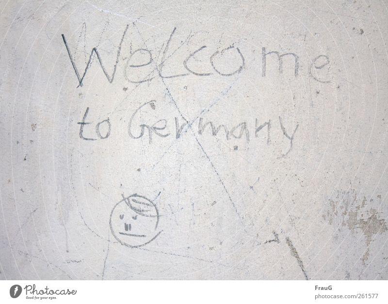 Willkommen?! Graffiti Kleinstadt Mauer Wand Fassade Zeichen Schriftzeichen Kommunizieren grau Unglaube Misstrauen Unsicherheit Farbfoto Außenaufnahme