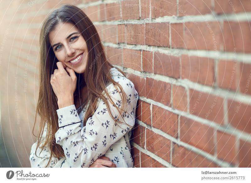 Attraktive junge Frau mit einem schönen natürlichen Lächeln. Lifestyle Freude Glück Gesicht Erwachsene 1 Mensch 18-30 Jahre Jugendliche Natur Herbst Park Mode