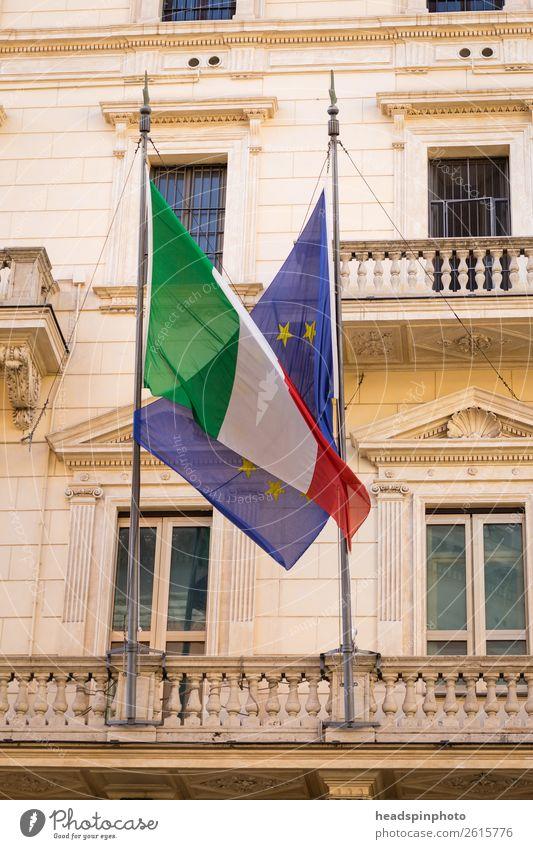 Flagge von Europa und Italien in einer Umarmung Rom Wahrzeichen Fahne Gefühle Vertrauen sparsam Zukunftsangst anstrengen Symbole & Metaphern Europäer