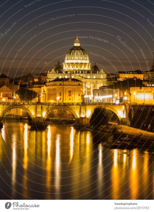 Petersdom in Rom mit Spiegelungen im Tiber nach Sonnenuntergang Nachthimmel Sommer Fluss Vatikan Hauptstadt Stadtzentrum Kirche Dom Bauwerk Gebäude Architektur