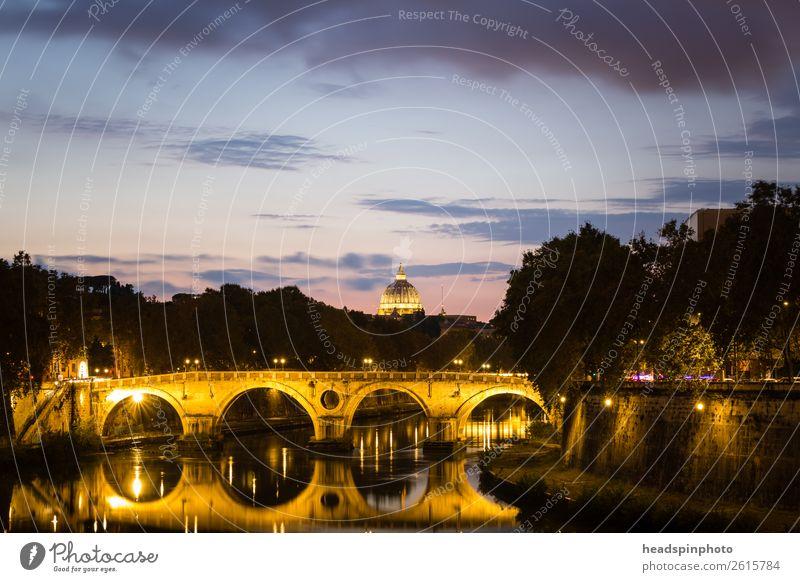Kuppel des Petersdom mit Tiber und Brücke bei Sonnenuntergang Fluss Rom Italien Skyline Menschenleer Kirche Dom Bauwerk Gebäude Architektur Sehenswürdigkeit