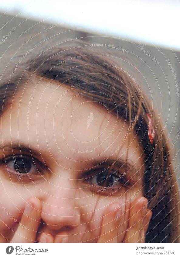 Yäh! schön Entsetzen Unschärfe braun Spange Hand nah niedlich Stirn Wimpern Scheitel Frau Auge Haare & Frisuren Nase Gesicht Außenaufnahme Junge Frau