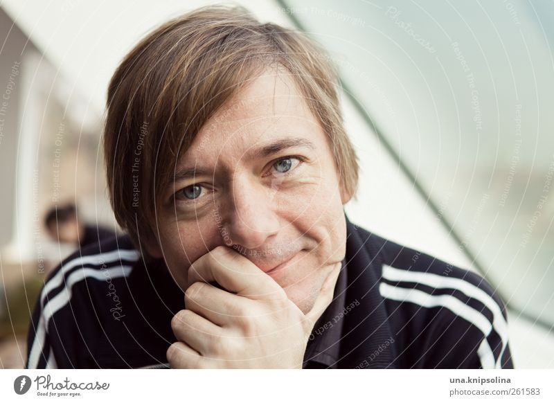 blumenmann maskulin Mann Erwachsene Partner 1 Mensch 30-45 Jahre Fenster blond kurzhaarig Denken Lächeln Liebe Blick träumen Freundlichkeit Glück nah Gefühle