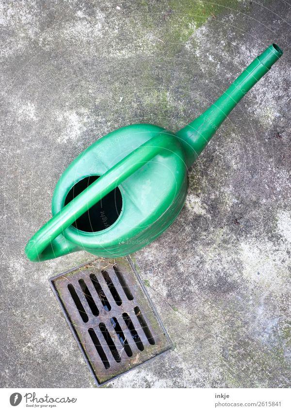 Grüne Gießkanne Häusliches Leben Menschenleer Terrasse Gully grün einfach Gartenarbeit Farbfoto Außenaufnahme Tag Licht Kontrast Vogelperspektive