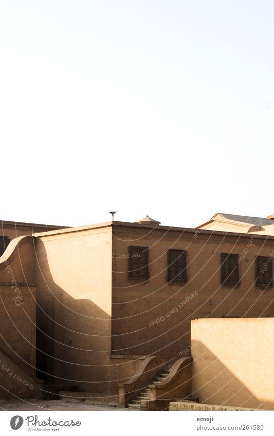 Wellengang Himmel Wolkenloser Himmel Schönes Wetter Haus Einfamilienhaus Gebäude Mauer Wand Treppe Fassade Fenster Wärme gelb mediterran Farbfoto Außenaufnahme