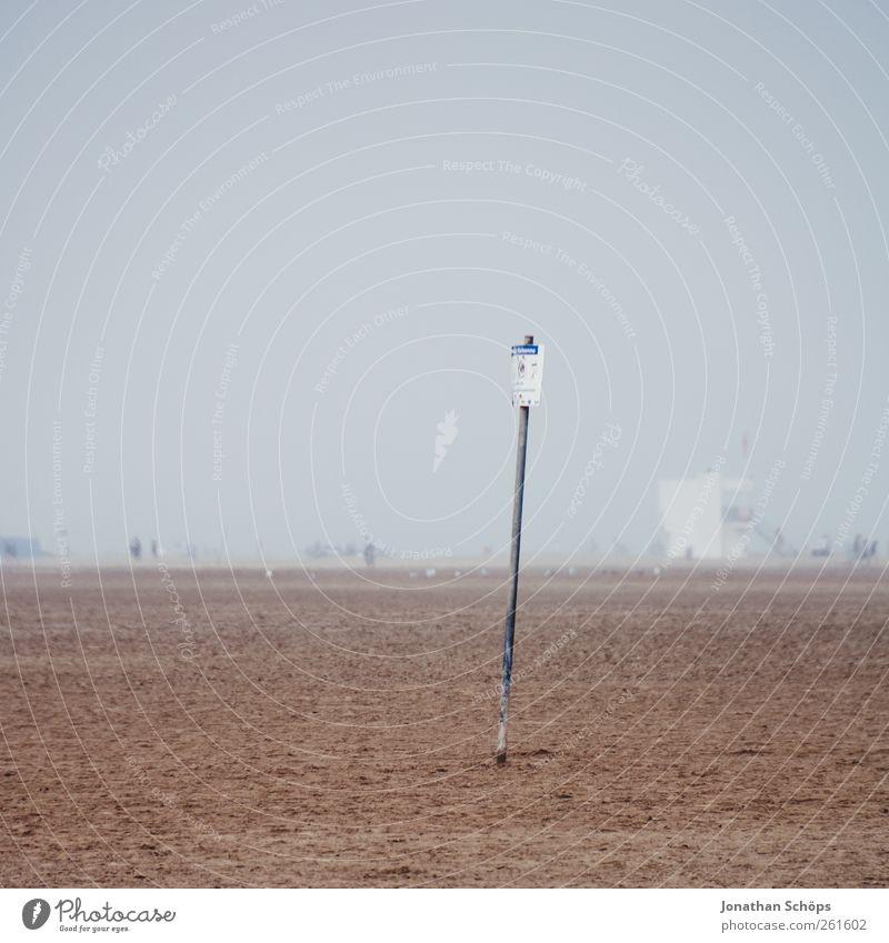 Eis essen auf der Sandfläche verboten Himmel Strand Ferne Umwelt Landschaft Freiheit grau Traurigkeit braun Horizont Nebel Schilder & Markierungen Klima Ausflug